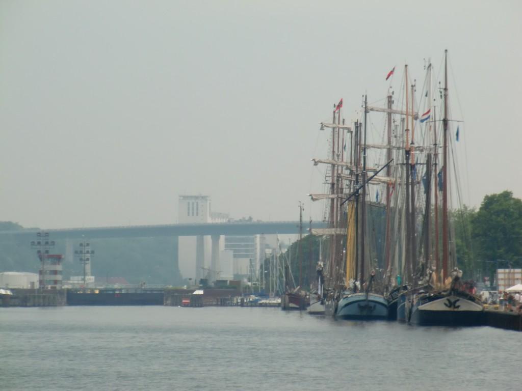 Slussportarna i Kiel med marinan bredvid