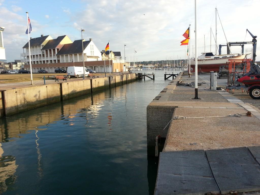 Slussen in till marinan i Deauville