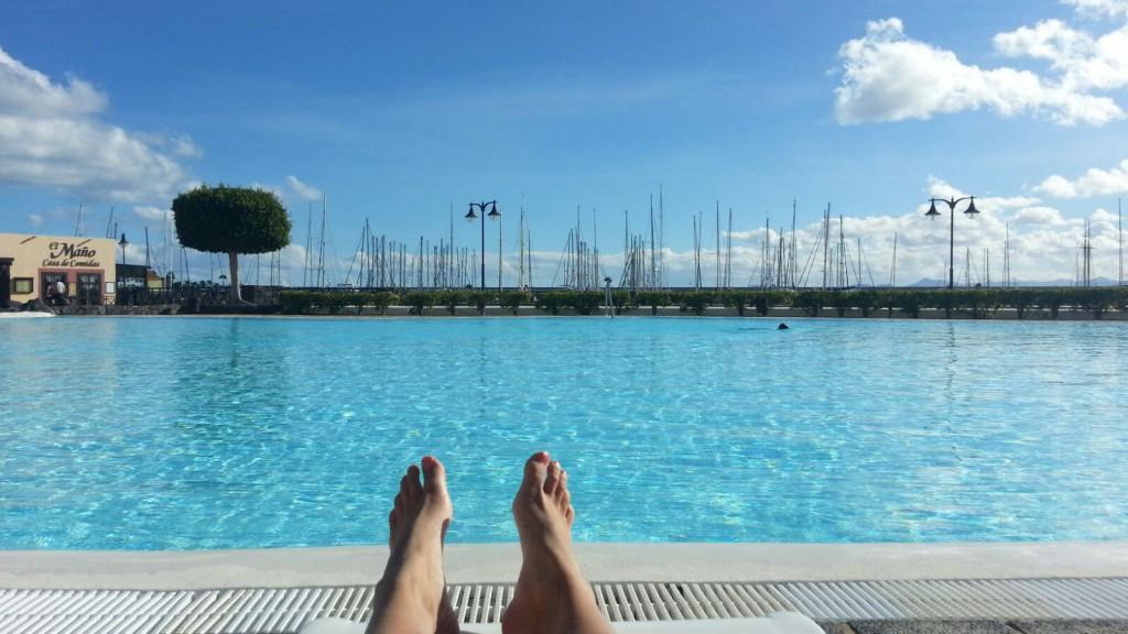 Marinans pool. Emelies fötter.