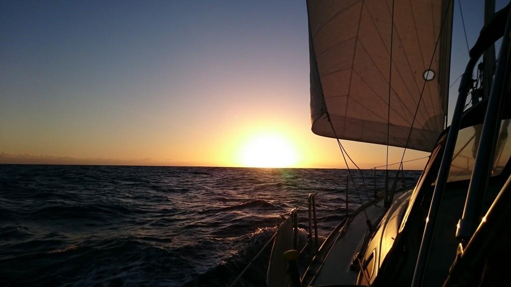 Vår segelsättning i vacker solnedgång. Tydligt åt vilket håll vi åker.