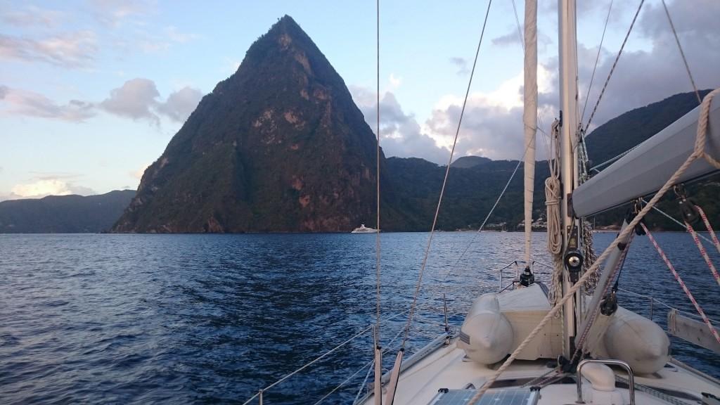 Petit Piton i solnedgången. Notera båten...