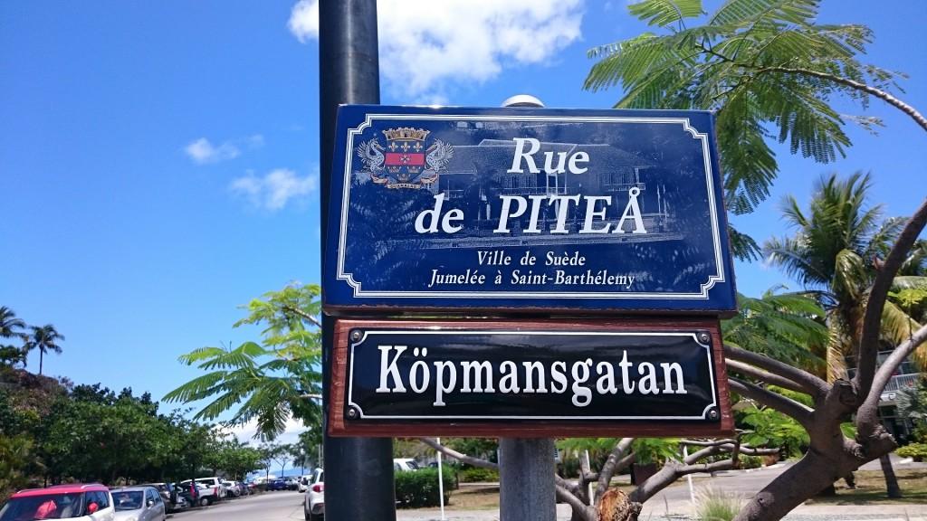 Roligt med gatuskyltar på svenska. Tydligen är St Barts vänort med Piteå.