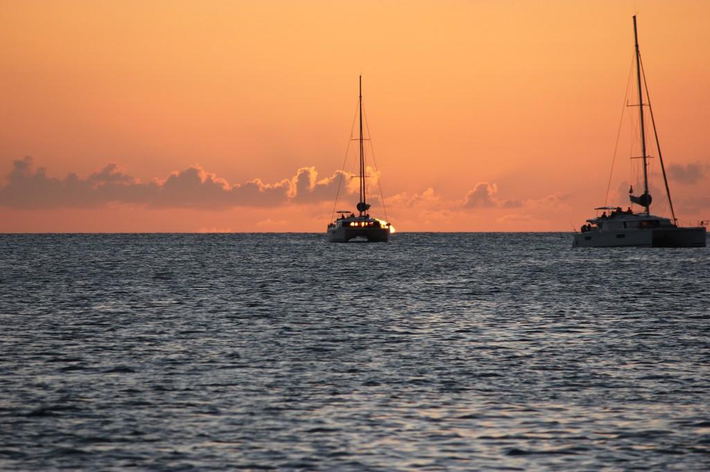 Nog för att vi generellt ogillar charterkatamaraner, men när de blockerar solnedgången kan det nästan spilla över i hat.